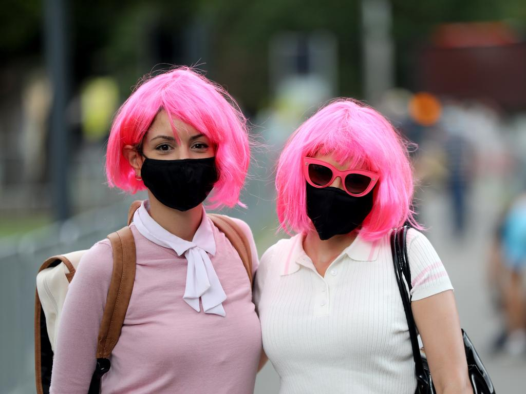 Cricket fans Natalie Rapisarda and Ailin Pedrossian at the SCG wearing masks.