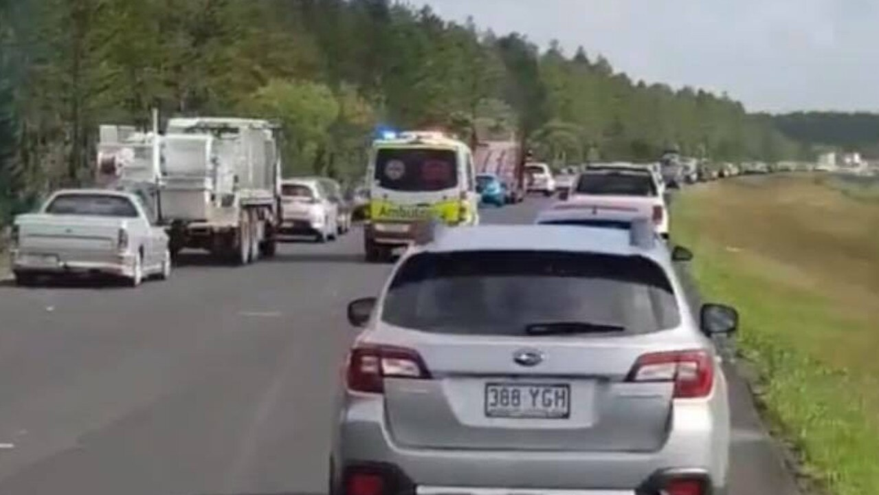 Drivers leaving a large space for emergency services on the Bruce Highway.