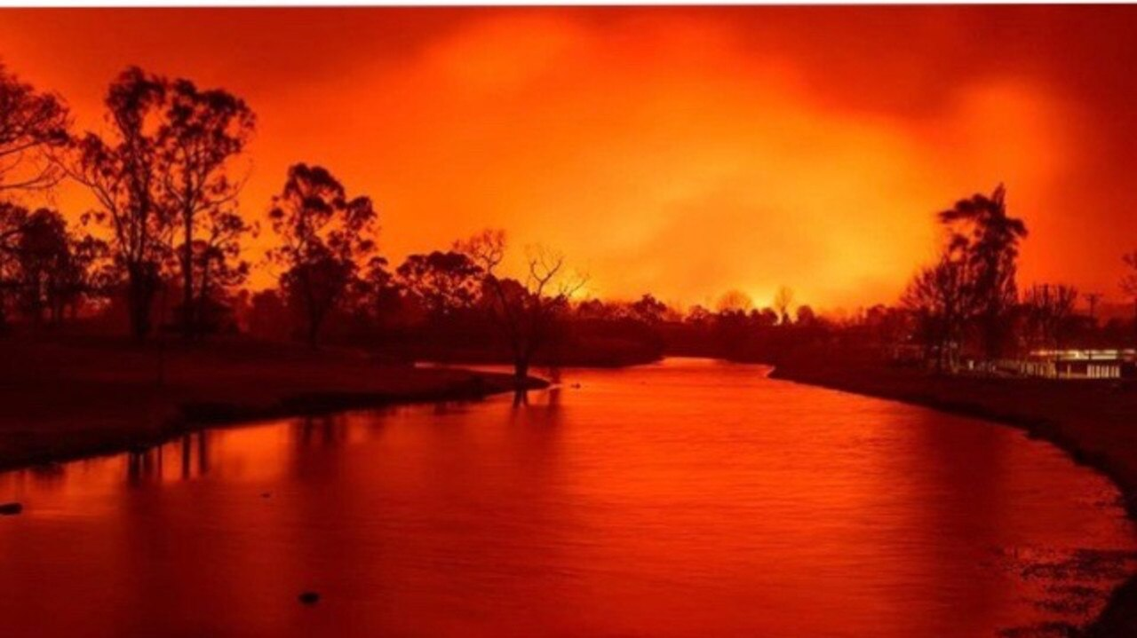 Photograph taken by Stanthorpe resident Keith Barnett on the afternoon of the September bushfires.