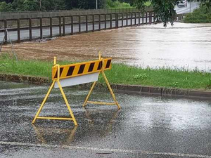 WARNING: Rising floodwater closes Lismore bridge