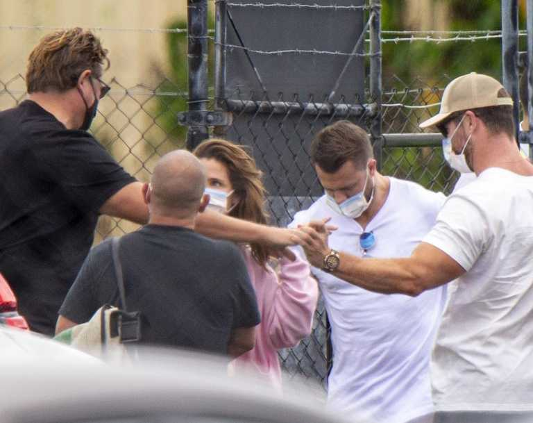Chris Hemsworth and his wife Elsa Pataky donned masks to fly back into Ballina after the Byron Bay region became the source of a new coronavirus cluster.