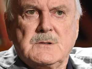 Cleese apologises to 'white people'