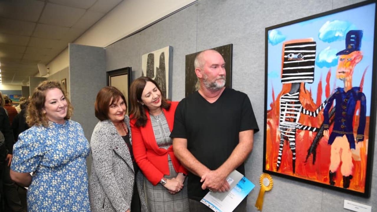 Queensland Premier Annastacia Palaszczuk and Mackay MP Julieanne Gilbert with 2019 winner Stephen Homewood. Picture: Mackay Art Society