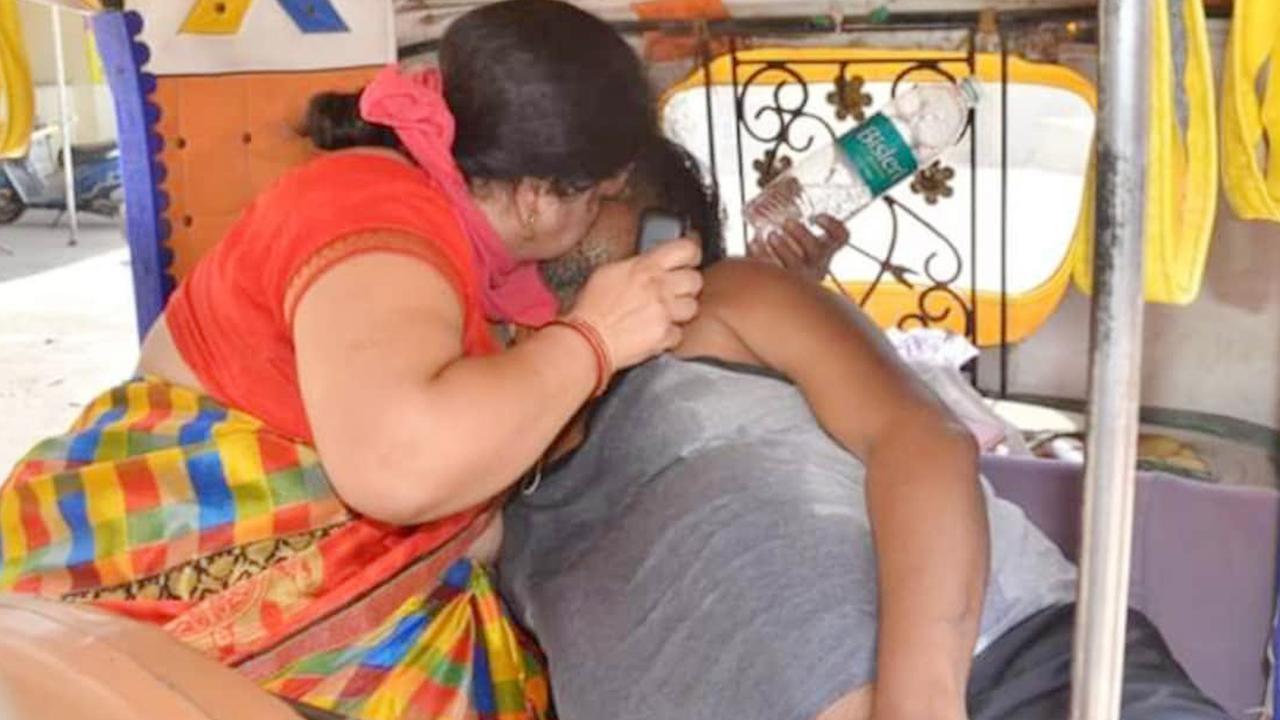 Renu Singhal performs CPR on her COVID-19 infected husband Ravi Singhal.