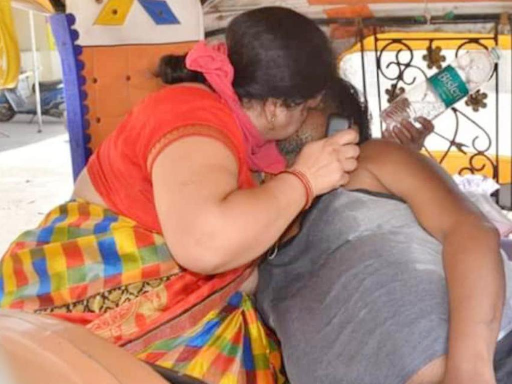 Renu Singhal performed CPR on her husband Ravi Singhal just metres away from an overflowing hospital in India.