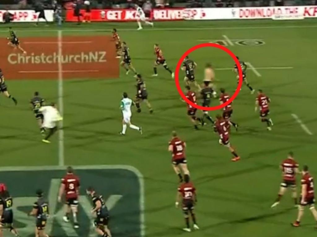 Streaker mars Super Rugby Aotearoa final.