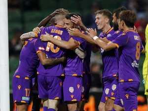 Keogh scores four as Glory thrash Wanderers