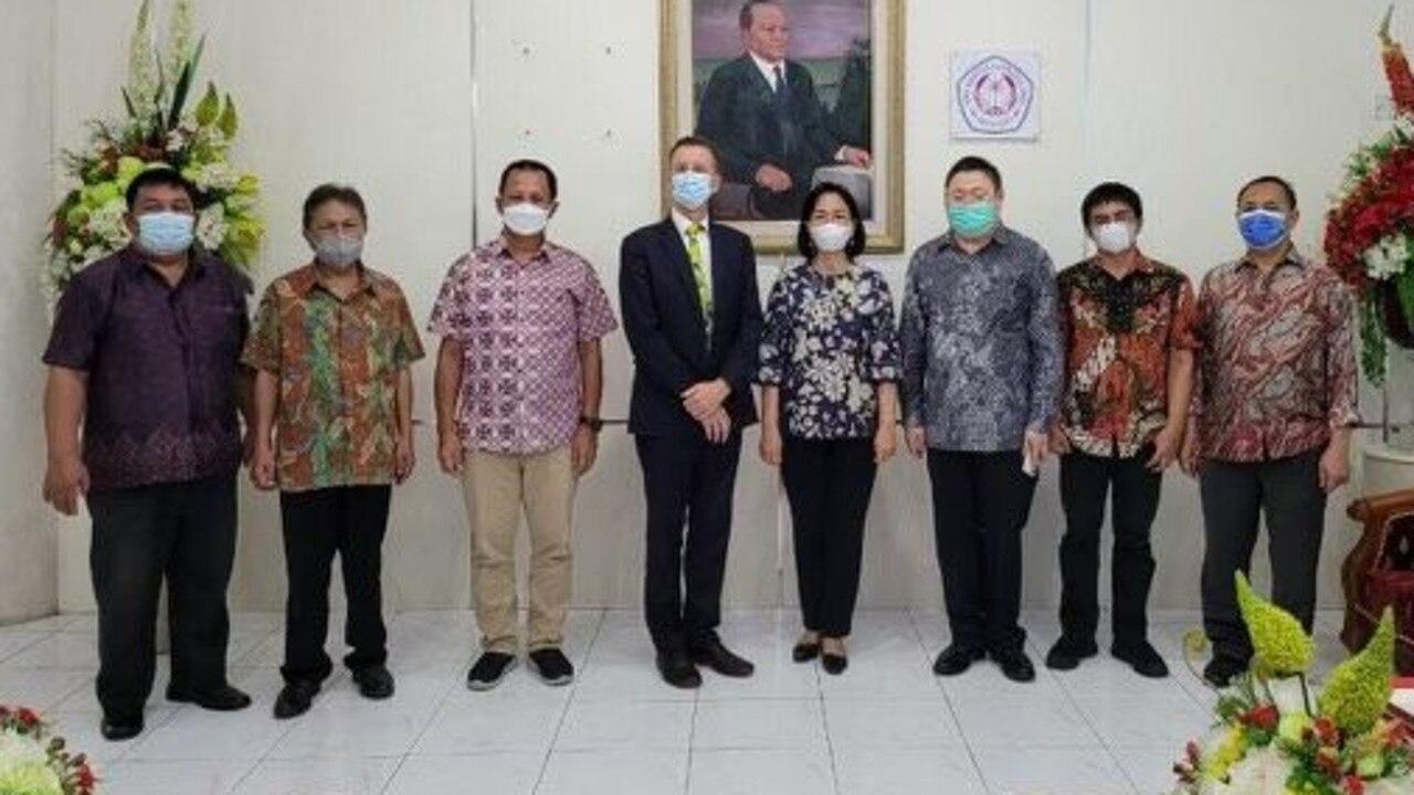 Wakil Presiden CQUniversity, Nick Klomp, berada di Indonesia minggu ini untuk menandatangani perjanjian yang akan menjadikan CQUniversity sebagai penyedia MBA pilihan bagi pejabat pemerintah Indonesia.