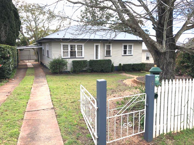 This gorgeous 2 bedroom home is situated within walking distance to Centenary Heights High School and...