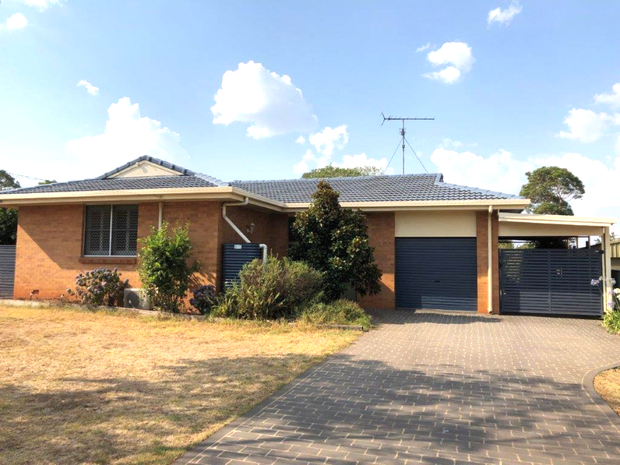 This 3 bedroom brick home has everything you need. * 3 good sized carpeted bedrooms, ceiling fans &...