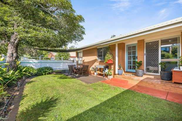 Positioned in a beautiful tree lined pocket of Mount Lofty, this beautiful dwelling is the front unit...