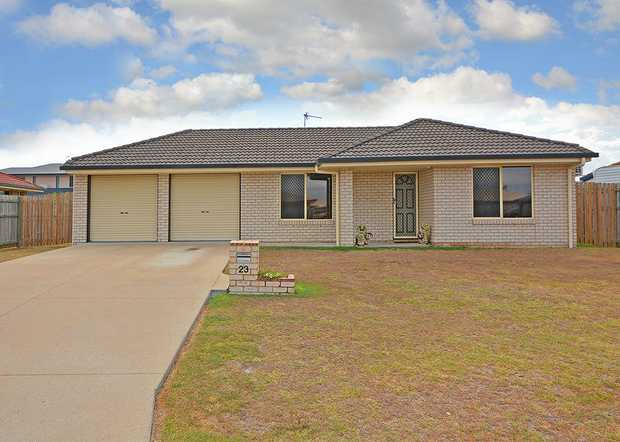Eli Waters - Family Home - Air conditioned - 4 Bedrooms & 2 bathrooms, Main bedroom with Ensuite and...