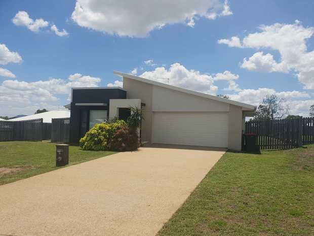 This modern 3 bedroom home is tidy and spacious on a large block in Gracemere and is perfect for the...
