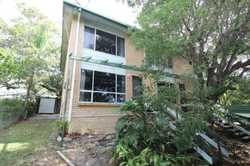 This 2 bedroom townhouse is within walking distance to the CBD.  The townhouse is elevated and catc...