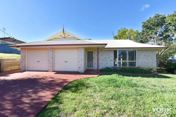 Set in close proximity to the USQ, CBD, Schooling and major shopping centers. This brick home...