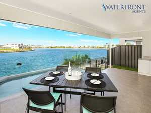WATERFRONT ENTERTAINER PERFECT FOR FAMILY & FRIENDS
