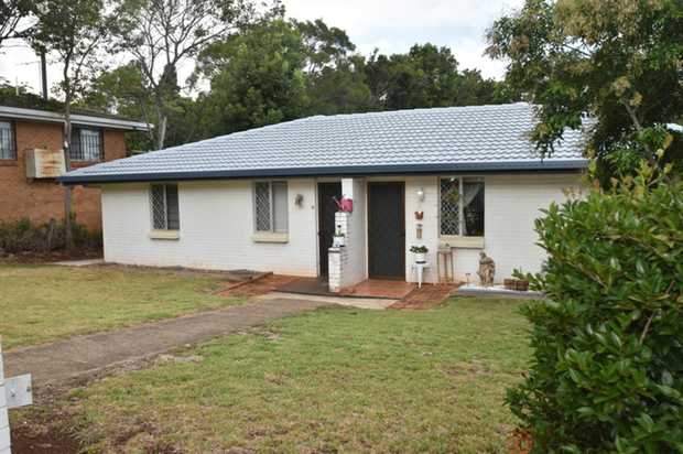 This lowset brick unit set in beautiful Mount Lofty is located within minutes to the city centre, ma...
