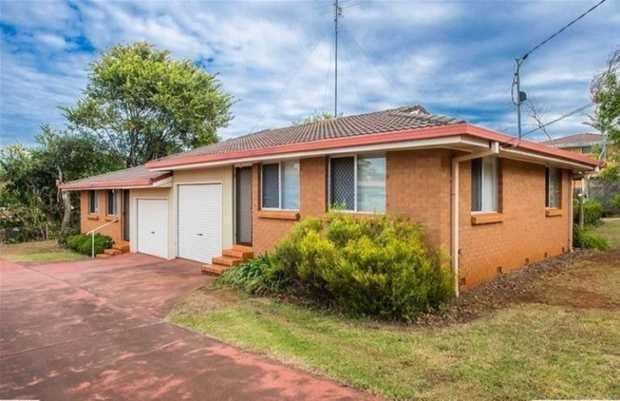 Come and take a look at this tidy 2 bedroom unit located in established Centenary Heights. Located w...