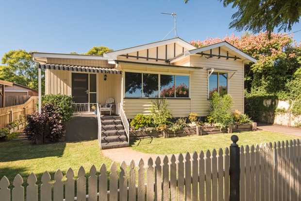 Surrounded by leafy greenery this delightful home sits in the desirable suburb of South Toowoomba an...