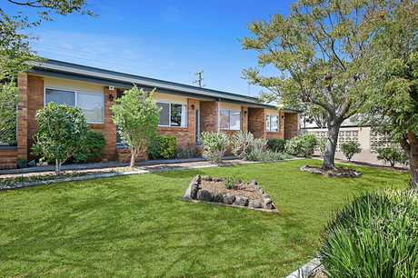 Unit 13,2 Long Street, Rangeville is situated in the fantastic and quiet complex of 'Chalet Lodge'...