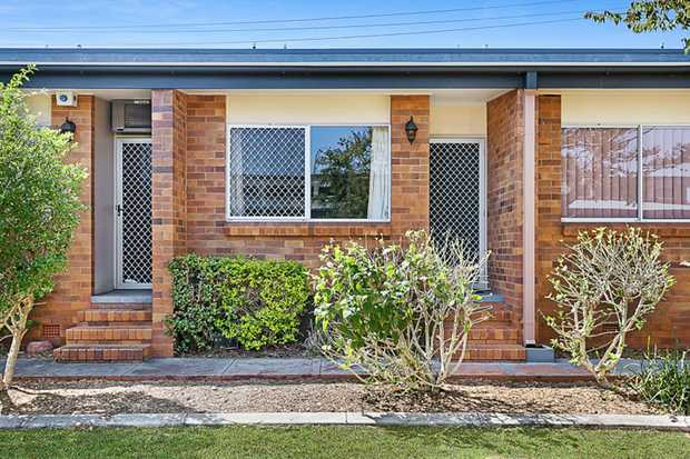 Unit 13,2 Long Street, Rangeville is situated in the fantastic and quiet complex of 'Chalet Lodge' w...
