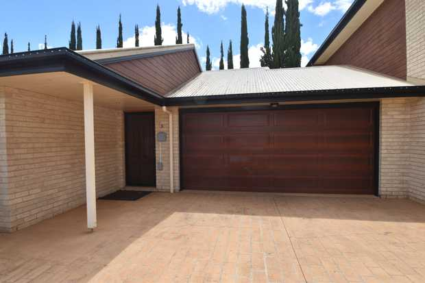 This modern lowset brick unit, in complex of 4, is conveniently located close to all amenities inclu...