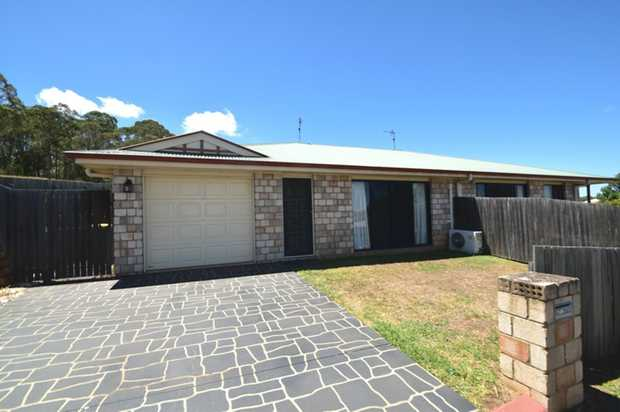 This spacious brick 3 bedroom duplex is ideally located in Darling Heights within minutes of USQ, pa...