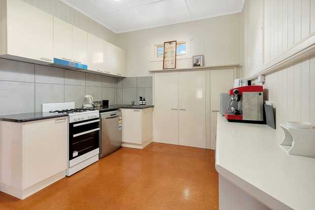 Situated under a 10 min drive to the CBD, close to schools, parklands and shopping centre - This 3...