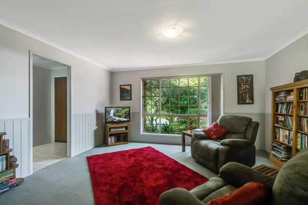 - 3 carpeted bedrooms - Family bathroom plus ensuite - Large kitchen with electric appliances - C...