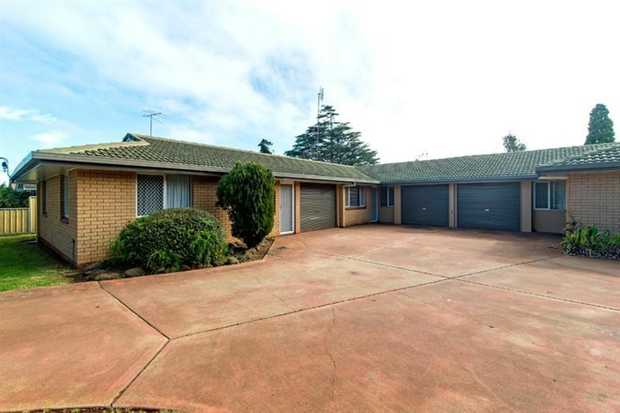 This tidy, lowset 3 bedroom brick unit in a quiet triplex is located in Newtown and is only a short...