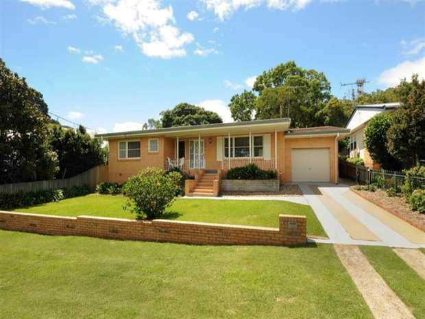 Step inside this delightful tidy brick house located in ever popular Mount Lofty. Only a short commute...