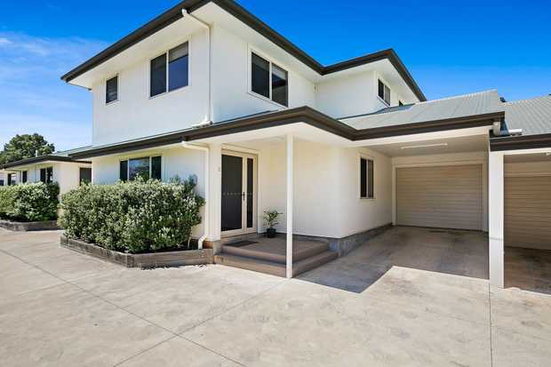 This gorgeous modern townhouse located in peaceful East Toowoomba is waiting for you to call her your...