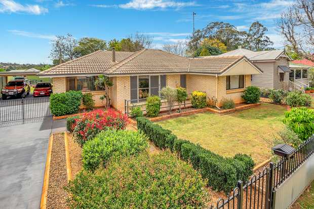 Fantastic Location and priced for immediate sale is this fantastic, huge 5 bedroom home in Newtown with...