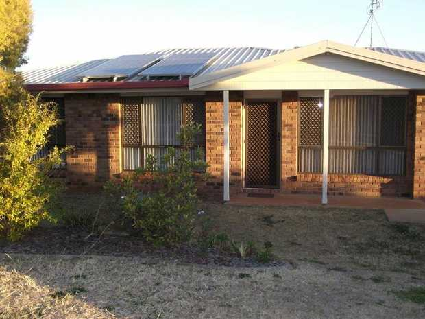 :: Outside pet negotiable 	 	 This lowset 3 bedroom brick home is ideal for the whole family and fea...