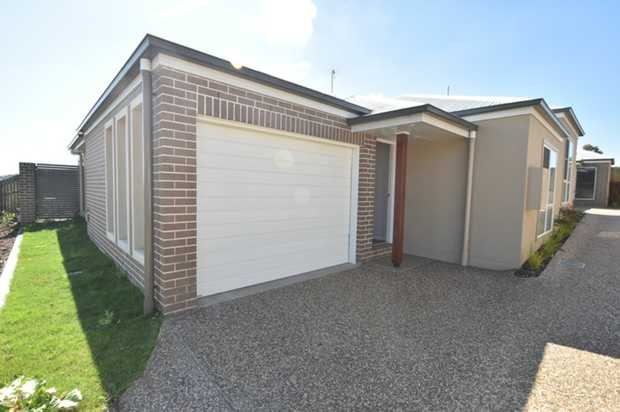 This modern 2 bedroom lowset brick unit in a small complex of 4. Located in growing Glenvale with on...