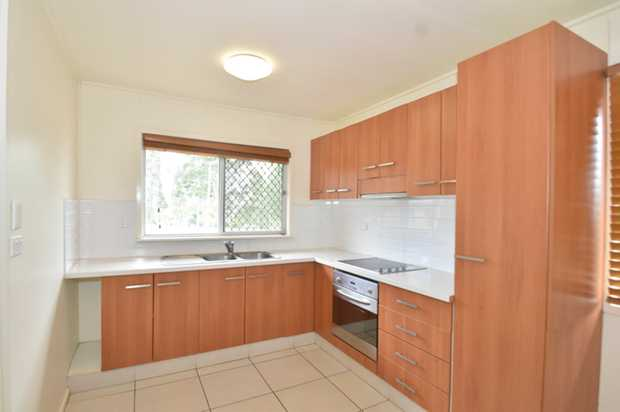 This tidy air conditioned 2 bedroom highset unit is situated opposite Emmerson Park and located in e...