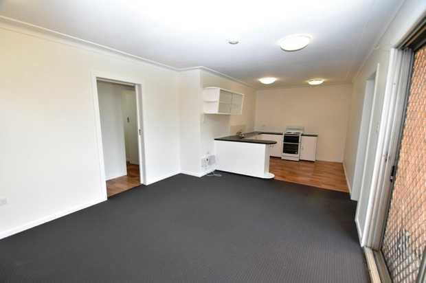 Come and take a look at this tidy 2 bedroom brick unit  which is located in peaceful in Mount Lofty....