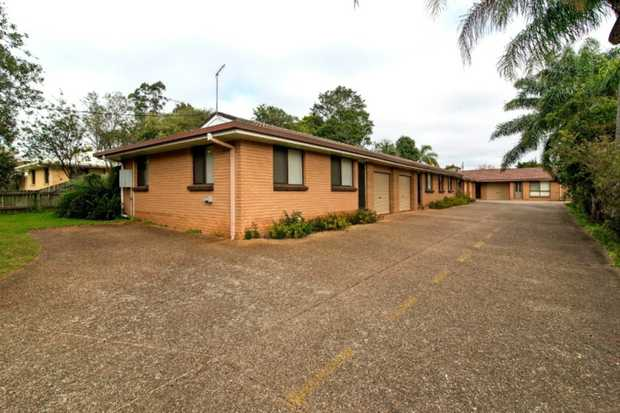 This tidy corner unit in a small complex of six in South Toowoomba is conveniently located within close...