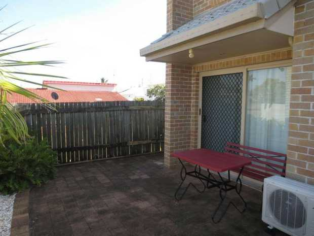 Cosy 1 bedroom, 1 bathroom flat in town. Walk to CBD and other facilities.  Low maintenance with paved...