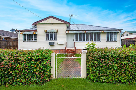 Some of the features of this charming home include  - 3 bedrooms with carpet and air conditioning ...