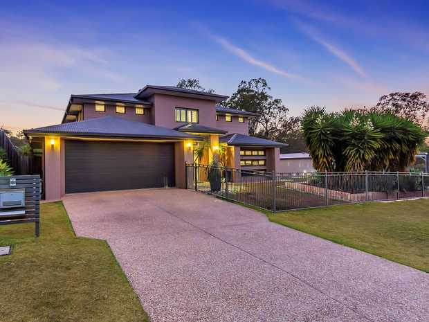 THE BEST HOME IN AUGUSTINE HEIGHTS! This executive home situated on a huge 1138sqm allotment exudes...