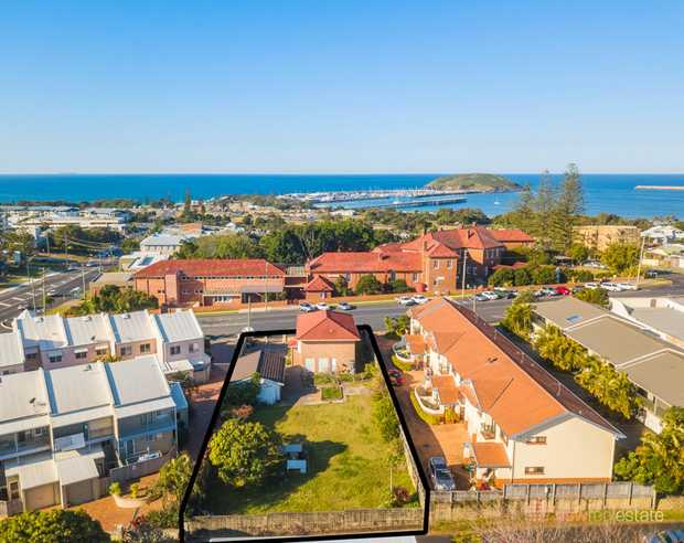 This near level, 1,011.79m2 development site is situated in the heart of the jetty precinct. With se...