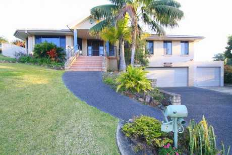 This home is located in a sunny elevated position close to schools, shopping centres and beaches.