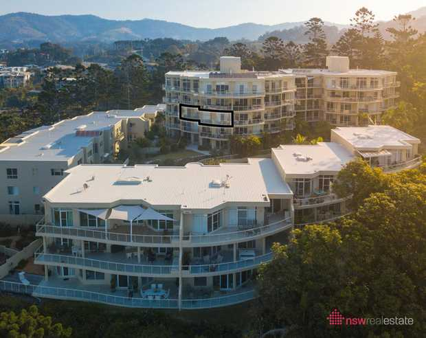 Located on the third floor of Tower B in Sapphire Pines Apartments this 2 bedroom apartment features...