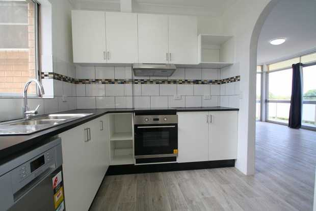 This mid-town apartment between the CBD and Jetty has been recently renovated offering contemporary...