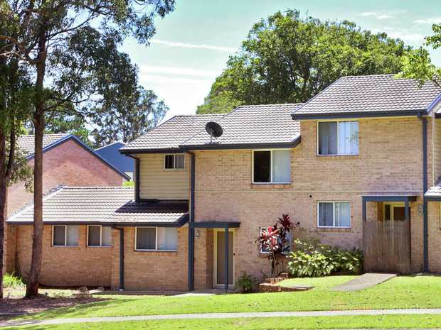 * 3 Bedrooms all with built-in robes. * Open plan, air conditioned lounge & dining room. * Modern...