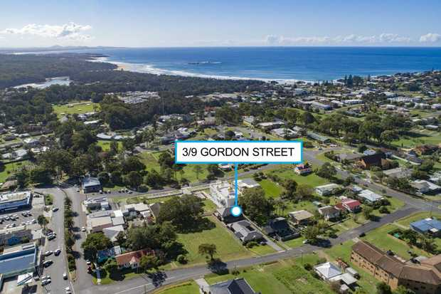 Fantastic investment opportunity awaits in this 3-bedroom townhouse centrally located in Gordon street.
