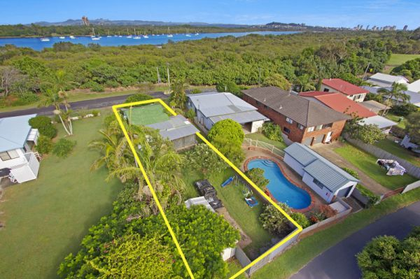 This property has two street frontages including Main Rd which fronts a riverfront reserve and Healy...