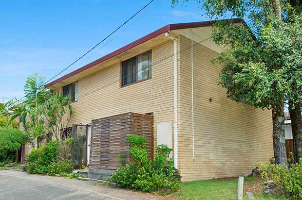 Minutes into Coolangatta beachfront and easy access to the M1 for commuters.  FEATURES UPSTAIRS ...