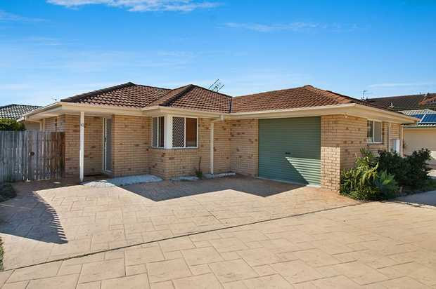 This spacious low set easy care Villa is light and bright and open plan in design. There are two...